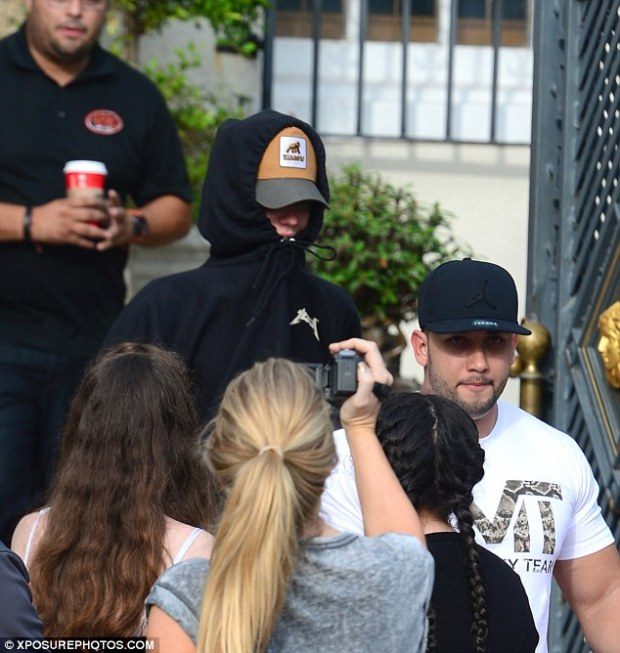 2f3fd17d00000578-3355263-feeling_shy_justin_bieber_covered_up_with_a_black_kanye_west_yee-a-1_1449795674081
